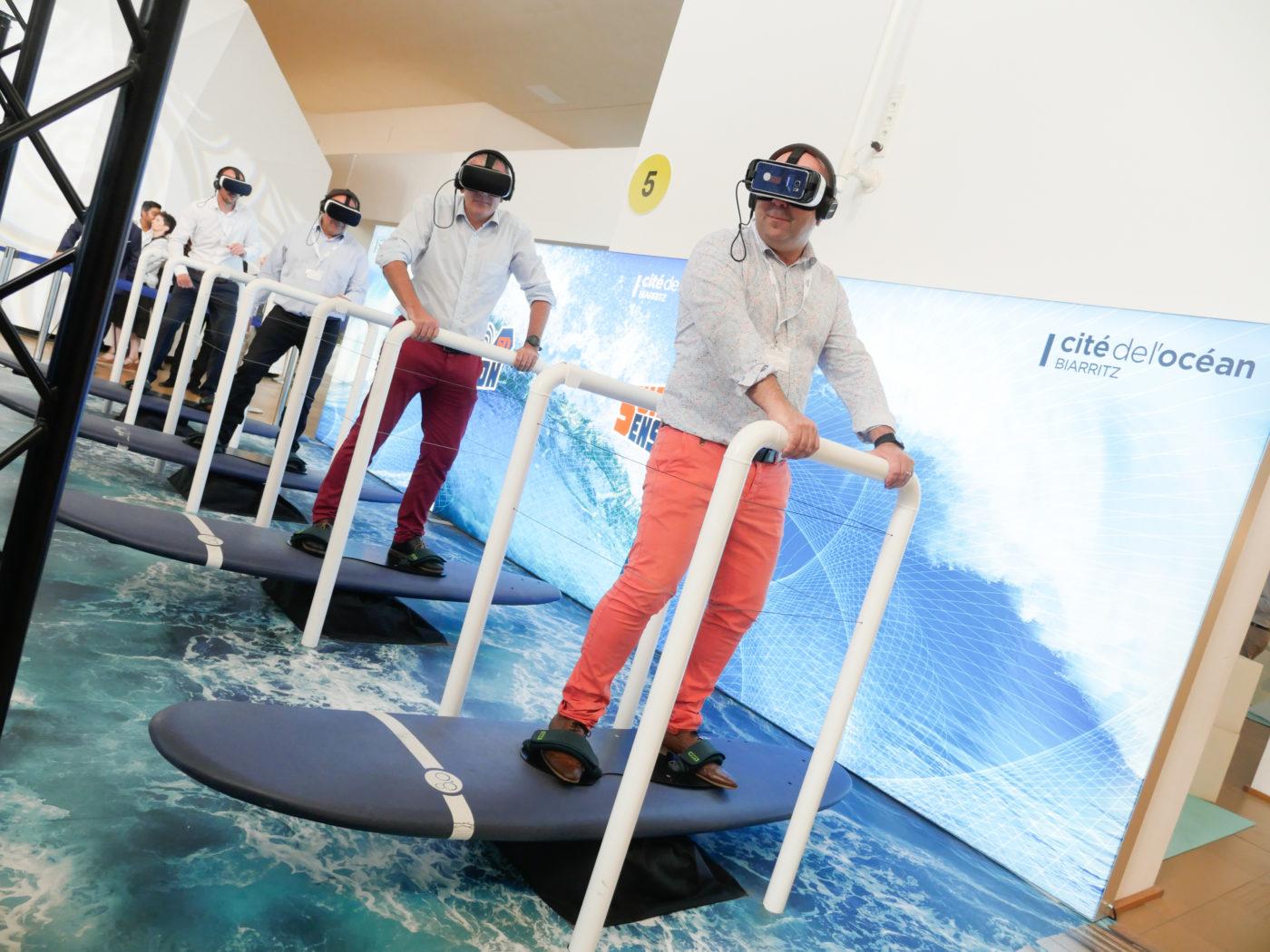 Personnes testant le simulateur de surf à la Cité de l'Océan à Biarrtiz